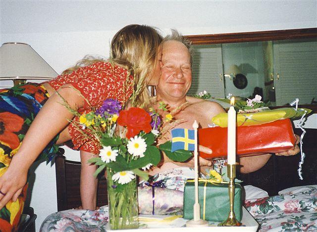 En far fyller år. Världens absolut bästa far. Jag pussar. [1995]